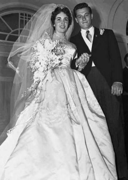 أشهر فساتين الزفاف يومنا