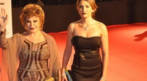بالصور: حسناء غامضة خطفت الأضواء  في حفل افتتاح مهرجان القاهرة السينمائي