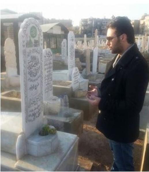 """صورة لابن ناجي جبر """"أبو عنتر"""" أمام قبره .. شاهد كيف أصبح شكله!!"""