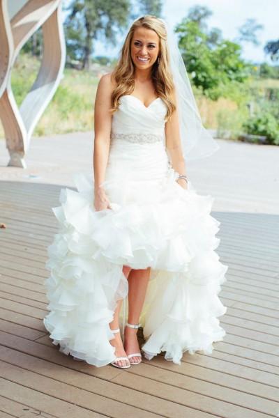 2c36cc276812f 20 صورة .. نصائح لارتداء فستان الزفاف القصير من الأمام والطويل من الخلف