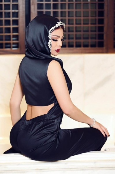 """سخريه من فستان هيفاء وهبي: """"بتصلي بالحجاب"""" .. شاهد الصور"""
