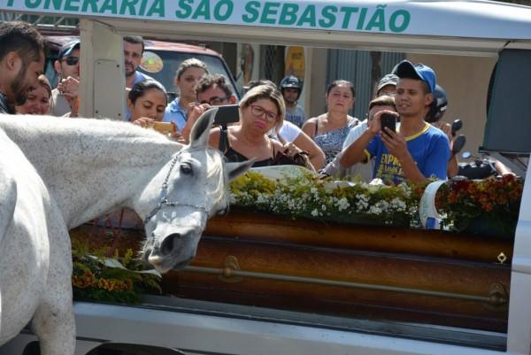 """""""صور"""" حصان وفِيّ يبكي لوفاة صاحبه ويُشيعه إلى القبر"""