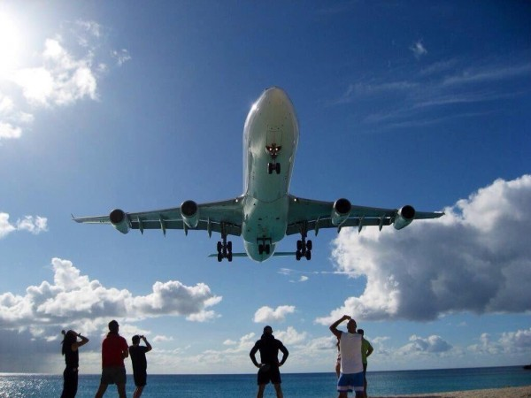 """منظر الطائرات وقت هبوطها في مطار """"سانت مارتن"""" 3910747401"""