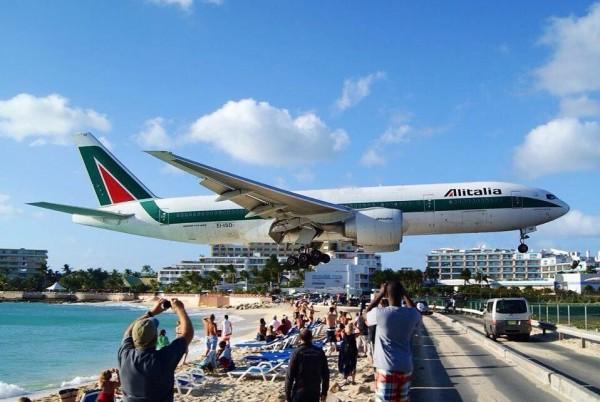 """منظر الطائرات وقت هبوطها في مطار """"سانت مارتن"""" 3910747402"""