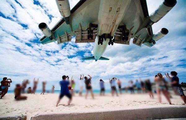 """منظر الطائرات وقت هبوطها في مطار """"سانت مارتن"""" 3910747403"""