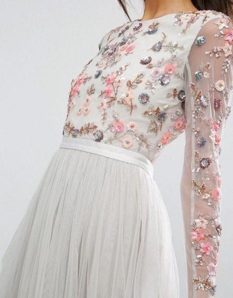اختاري فستانك المرصع بالورود لاطلالة صيفية جذابة 3910795480