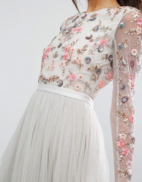 اختاري فستانك المرصع بالورود لاطلالة صيفية جذابة 3910795481