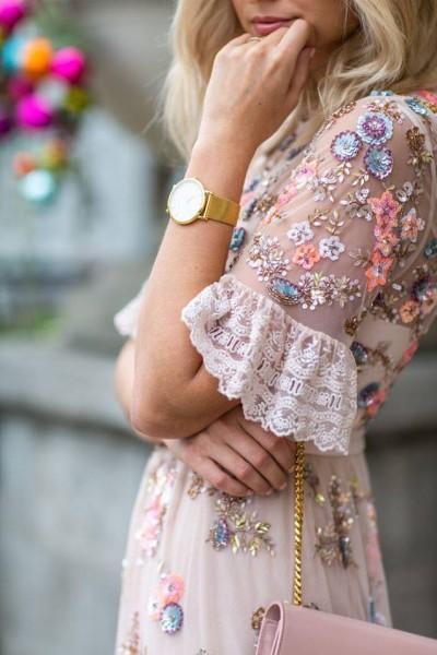 اختاري فستانك المرصع بالورود لاطلالة صيفية جذابة 3910795483