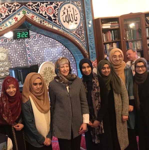 لأول مرة.. تيريزا ماي داخل المسجد بالحجاب