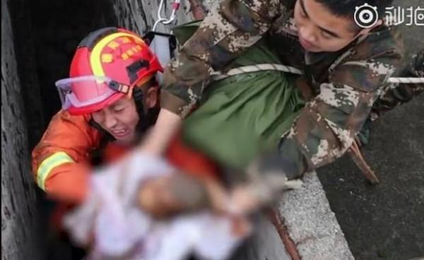 صور: صينية فقدت توازنها فسقط طفلها من يديها في المرحاض  3910930044