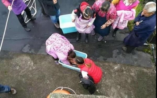 صور: صينية فقدت توازنها فسقط طفلها من يديها في المرحاض  3910930045