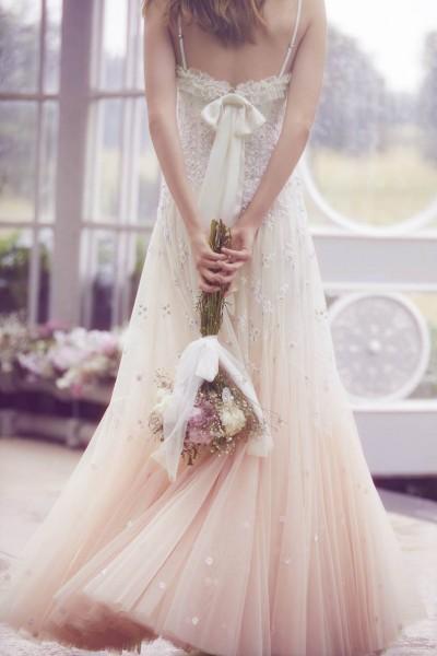 تصاميم فريدة لفساتين زفاف 3910934454