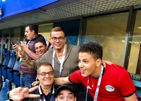 "عمرو دياب بـ""نيو لوك"" جديد خلال تشجيعه لمصر مع ابنه"