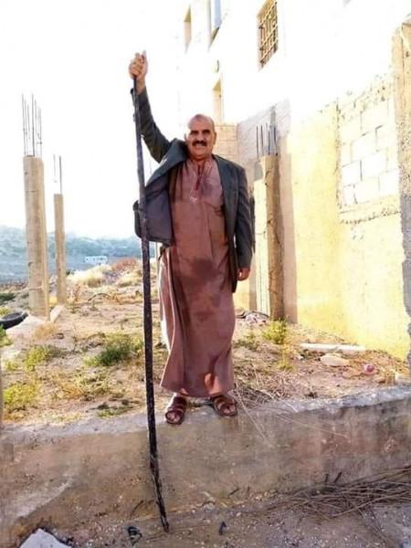 صورة ...مواطن فلسطيني من مدينة يطا جنوب الخليل يستعرض أفعى عملاقة تمكن من القضاء عليها