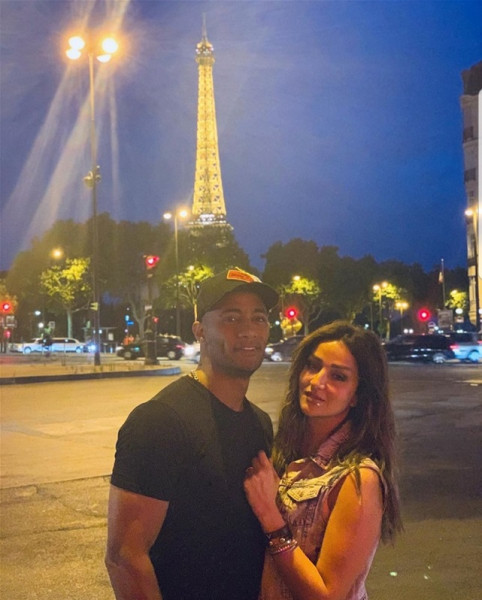 محمد رمضان ينشر صورة رومانسية مع زوجته في باريس