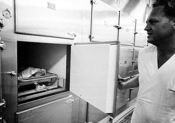 الكشف عن صور جديدة لجثة مارلين مونرو داخل المشرحة