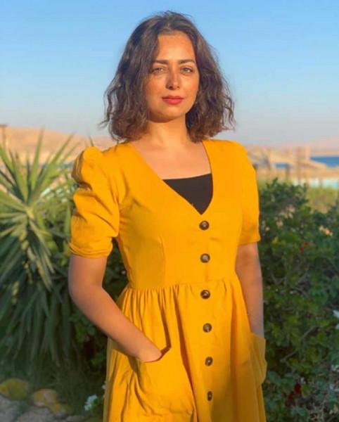 هبة مجدي بالأصفر وسط الزهور في أحدث جلسة تصوير