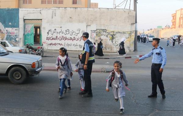 """صور: """"المرور"""" تُؤمن دخول الطلبة للمدارس"""