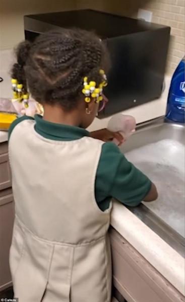 طفلة حاولت مساعدة والدتها في تحضير طعام العشاء على طريقتها الخاصة بطريقة طريفة