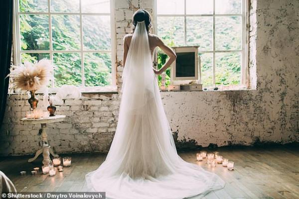 عروس تشتكي من تصرف غريب لصديقتها خلال الترتيب لحفل زفافها