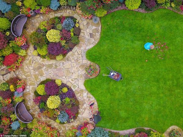 زوجان يقضيان 37 عاما في تزيين حديقتهما  3911030842