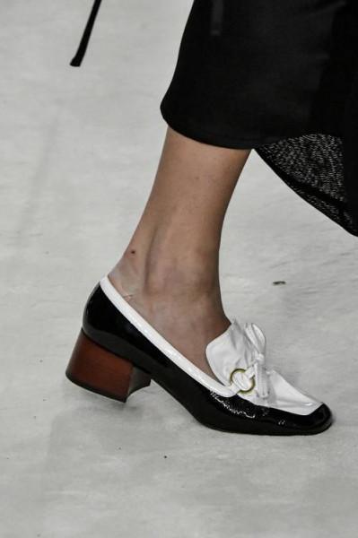 """صيحة حذاء """"غريبة"""" تتربع على عرش الموضة هذا الربيع   3911057969"""