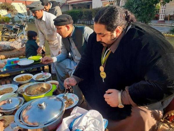 عملاق باكستاني يبحث عن زوجة لا تقل عن 100 كجم   3911060658
