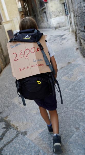 طفل يسير 2800 كيلومتر على قدميه لرؤية جدته   3911105927