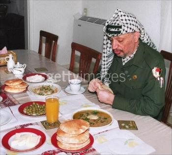 خفايا تكشفها يديعوت لأول مرة :عالم إسرائيلي كبير يؤكد استشهاد أبو عمار بالتسمم بعد تناوله وجبة عشاء