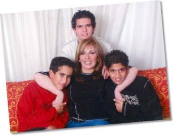الأب منعها من رؤية أبنائها وغيّر مدارسهم: مأساة أم اسمها...  الفنانة آثار الحكيم