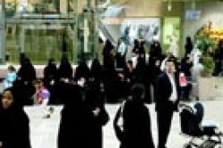شوارع الرياض تتحول إلى ممرات للمشاة للنساء السعوديات و الازواج يتابعون زوجاتهم بالسيارة لخجلهم من نظرة المجتمع