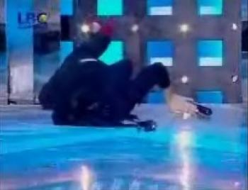 صور هيفاء وهبي وهي تسقط على الارض في حفل ستار اكاديمي