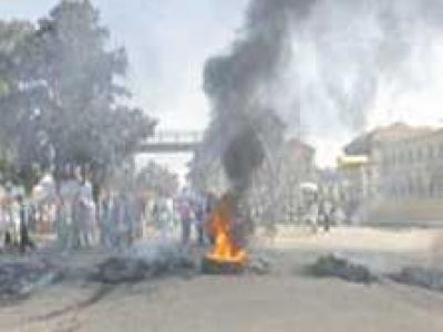 الجزائر: تواصل المواجهات بين مواطنين ورجال الشرطة في حي باب الوادي بالعاصمة