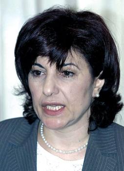 وزيرة المغتربين السورية بثينة شعبان تبكي وتفترش الأرض في فيلم «امرأة»