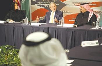 سيدة سعودية جلست يمين الرئيس بوش