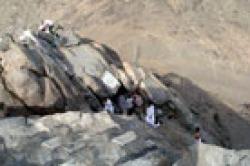صاعدون إلى قمة جبل النور بعد رحلة شاقة يروون تفاصيل دقيقة لغار حراء وأسرار المكان الذي بدأ منه الإسلام