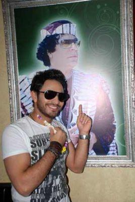 صور تامر حسني مع القذافي تثير غضب الجمهور