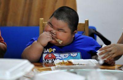 بالصور : طفل يبلغ من العمر 3 سنوات ووزنه يفوق الـ60 كيلو!!
