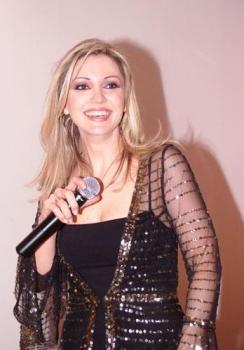 نورا رحال توقّع ألبومها في القاهرة