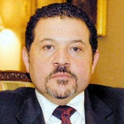 ياسر عباس وصور الرئيس أبو مازن