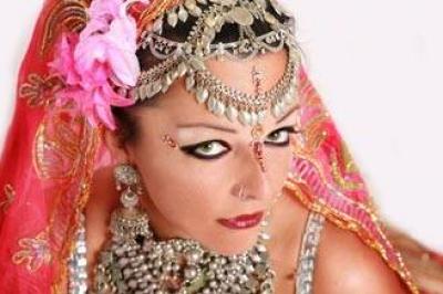 1200 راقصة أجنبية يتنافسن للحصول على بدلة الراقصة المصرية دينا