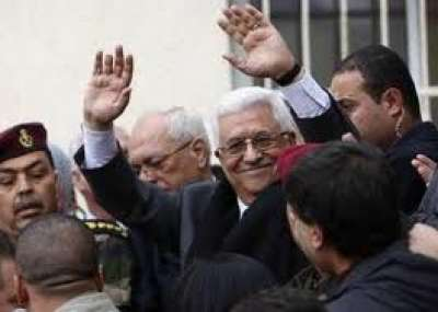 """""""الرئيس عبّاس"""" يرفع علم فلسطين في الكويت"""