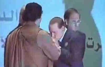 رئيس الوزراء برلسكوني يقبل القذافي حياته يخرج مرحبا باغتياله مماته-فيديو 9998306501.jpg