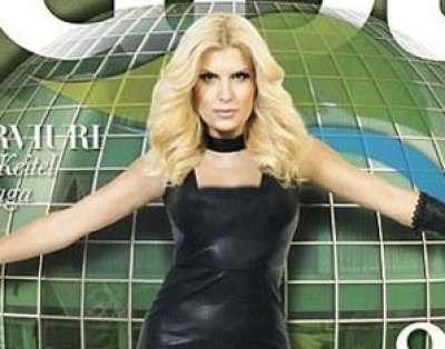 وزيرة السياحة الرومانية مثيرة بفستان جلدي على غلاف مجلة