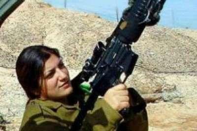 """فلسطيني يهاجم حارسة """"إسرائيلية"""" ويحاول خطف سلاحها في ال"""