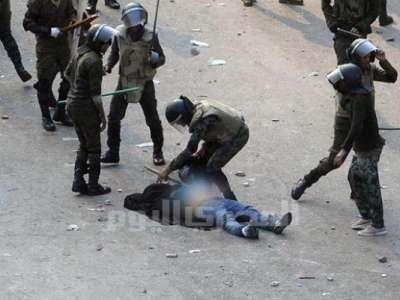 بالصور: جنود الجيش يسحلون فتاة ميدان التحرير ويتركونها ملابسها 9998311754.jpg