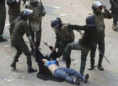 الشرطة المصرية تسحل فتاة وتعريها في اشتباكات مجلس الوزراء .. فيديو كامل وصور