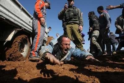 سيارة إسرائيلية تتعامد فلسطيني 9998315948.jpg