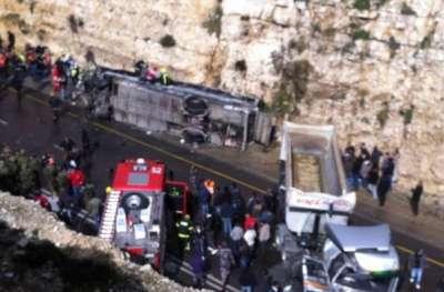 رام الله: مصرع 10 اطفال فلسطينيين وإصابة العشرات في حادث تصادم بين حافلة مدرسية وشاحنة اسرائيلية والرئيس يعلن الحداد