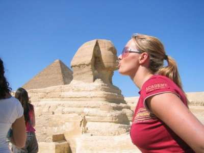 مئات المصريين احتشدوا لمشاهدة سائحة اجنبية تلبس جيب قصير والشرطة تتدخل وتنقلها بسيارة مصفحة